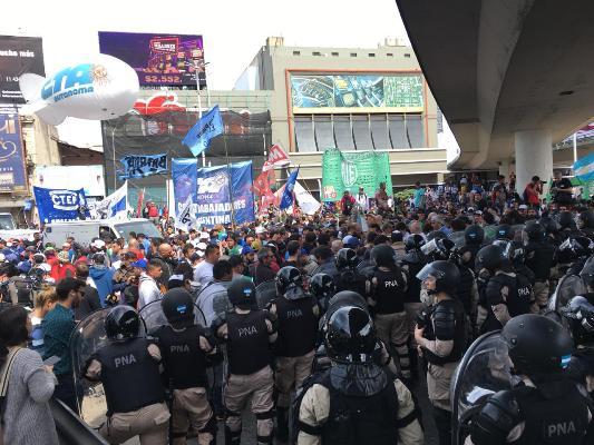 Urgente: La CTA Autónoma denuncia militarización y represión del Puente Pueyrredón
